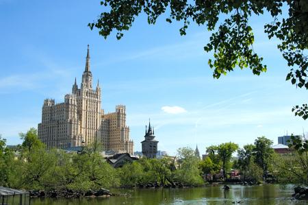 Mosca, Russia - giugno 2016: Edificio residenziale in Piazza Kudrinskaya. Vista dal lago nello zoo.