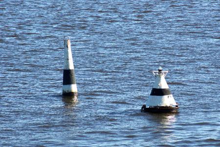 Bouée de forvey blanche sur l'eau. Banque d'images