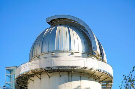 Dôme de l'observatoire astronomique, jour, ciel bleu.