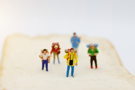 Miniature people, backpackers  walking to destination. travel and business concept. Banque d'images