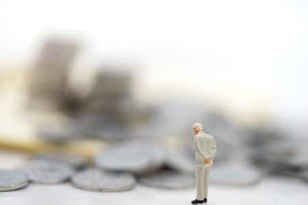 Miniature people:  Businessmen standing with coins stack, Finance, investment and growth in business concept. Foto de archivo - 118981638
