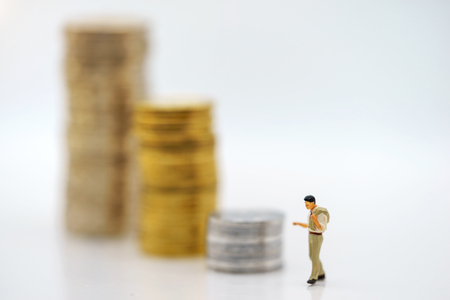 Miniature people:  Businessmen standing with coins stack, Finance, investment and growth in business concept. Foto de archivo - 118982075