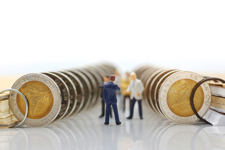 Miniature people:  Businessmen standing with coins stack, Finance, investment and growth in business concept. Foto de archivo - 118982166