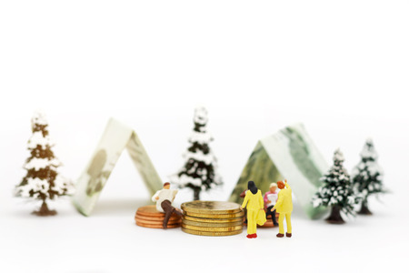 Miniature people:  Businessmen standing with coins stack, finance, investment and growth in business concept. Foto de archivo - 119347981