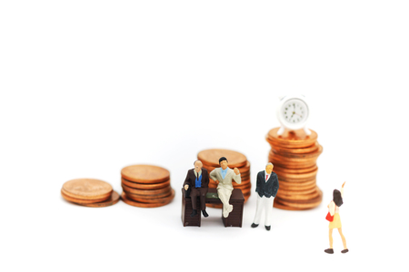 Miniature people:  Businessmen standing with coins stack, Finance, investment and growth in business concept. Foto de archivo - 119497591