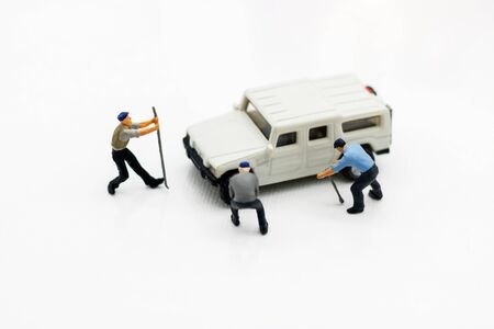 Miniature people: Workers fixing car. car service, repair, maintenance concept. Reklamní fotografie - 132603140