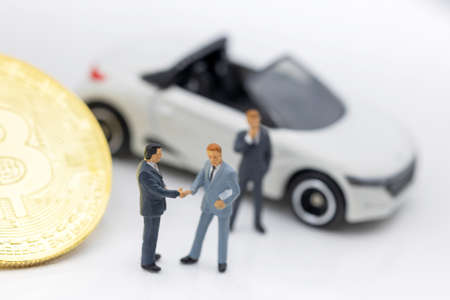Miniature people: Businessman planning success deal business with Gold bitcoin.  Concept of Business, Money, Technology, cryptocurrency and Investment. Stock Photo