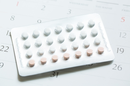 contraceptive control pills on date of calendar background. health care and medicine Birth control concept. Zdjęcie Seryjne