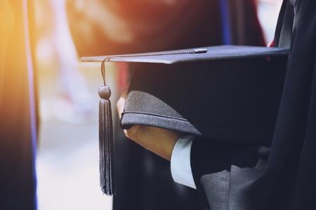 Grupa Absolwentów na początku. Gratulacje koncepcyjne edukacji na uniwersytecie. Ceremonia rozdania dyplomów, Gratulacje absolwentom Uniwersytetu podczas rozpoczęcia.