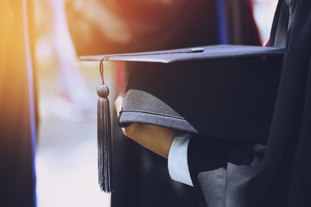 Gruppe von Absolventen während des Beginns. Konzeptbildung Glückwunsch an der Universität. Abschlussfeier, Gratulierte den Absolventen der Universität zu Beginn.