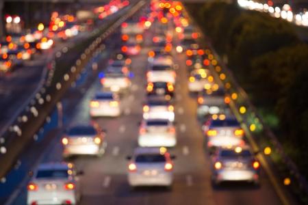 Voiture d'embouteillage photo floue sur la route à l'heure de pointe Après avoir fini de travailler Sur le chemin du retour arrière-plan flou