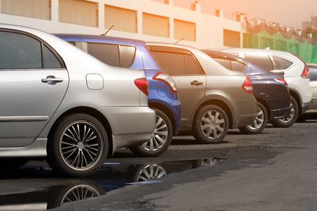 Auto's geparkeerd op de parkeerplaats. Open ruimte buiten. Stockfoto