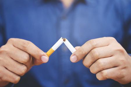 Mann, der das Zigarettenkonzept für die Raucherentwöhnung und einen gesunden Lebensstil ablehnt. Oder das Konzept der Nichtraucherkampagne.