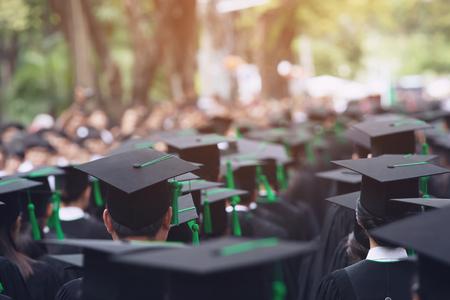 Groupe de diplômés au début. Concept d'éducation félicitation à l'université. Cérémonie de remise des diplômes