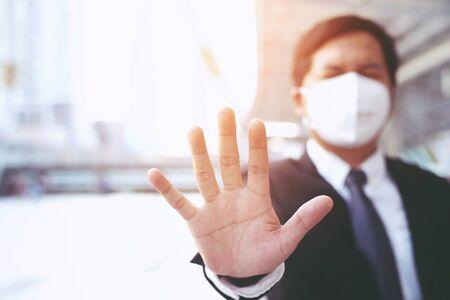Portret van een man met een hygiënische gezichtsmaskerneus buitenshuis. Ecologie, luchtvervuilingsauto, milieu- en virusbeschermingsconcept griepgezondheid tegen giftig stof bedekte de stad met een gezondheidseffect.