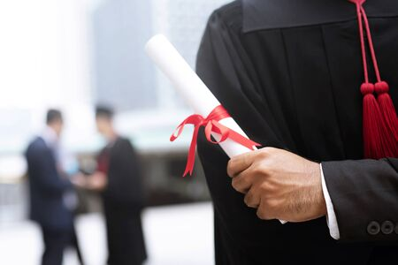 graduación, el estudiante tiene sombreros en la mano durante el éxito de graduación graduados de la universidad, felicitación de educación conceptual. Ceremonia de graduación, felicitó a los graduados de la Universidad.