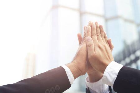 Geben Sie mir fünf Ihre klatschenden Hände, die Gruppengeschäftsleute für ein gutes Geschäftsteam artikulieren Konzept Erfolg und Ermutigung zur Überwindung und Überwindung von Hindernissen Geschäftslösungsstrategie. Standard-Bild