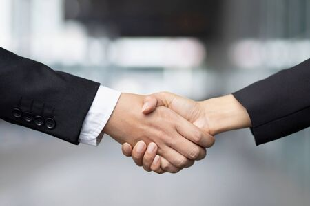 Primo piano di una donna d'affari stretta di mano d'affari tra due colleghi OK, avere successo negli affari Tenendosi per mano.