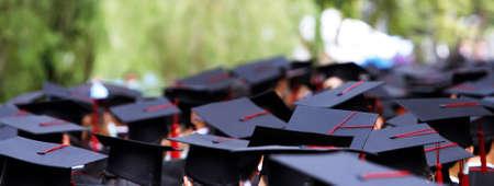 毕业生在大学获得证书