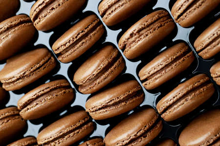 Chocolate-flavored French macaroons are in the bakery. 版權商用圖片