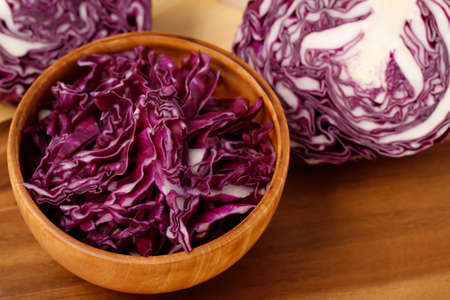 Purple cabbage is in a wooden bowl ready to make a salad. 版權商用圖片