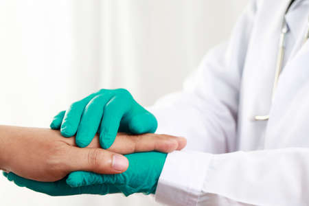 Doctor encourages shake hands with COVID-19 patients at hospital Imagens