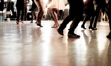 音楽パーティーで踊る人々 写真素材