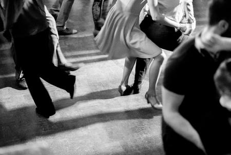 Styl vintage zdjęcie sali tanecznej z tańczącymi ludźmi Zdjęcie Seryjne