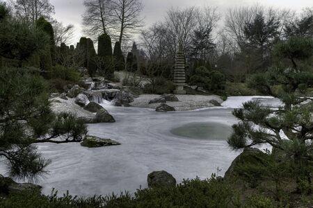 garten: Japanischer Garten mit Bach und See im Winter