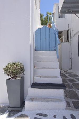 Beaux escaliers qui se terminent par des portes bleues typiques dans les rues pittoresques très étroites dans l'île de Chora de Mikonos .Arte History Architecture 3 juillet 2018. Chora, l'île de Mykonos, Grèce. Banque d'images