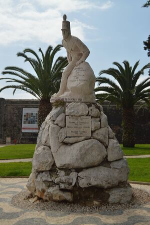 Beautiful Statue Dedicated to the Infantry Regiment in 1707 and 1809 in Cascais. Photograph of Street, Nature, architecture, history. April 15, 2014. Cascais, Lisbon, Portugal. 新聞圖片