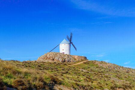 Bonita foto de un molino de viento junto a unas hermosas rocas y un cielo espectacular en Consuegra. 26 de diciembre de 2018. Consuegra Toledo Castilla La Mancha España Europa. Viajes Turismo Fotografía Callejera.