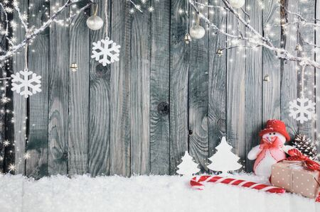 Dekoracyjne tło Boże Narodzenie składa się z bałwana, gigantycznego patyczka do cukierków i różnych prezentów.
