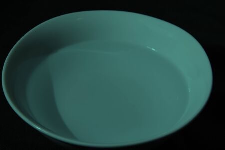 White bowl full of water on black background, calm water, underwater color 版權商用圖片