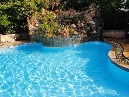 Helderblauwe water in groot zwembad