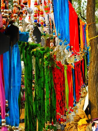 vendedores: Vendedores ambulantes que venden artesan�as en Campo, India Foto de archivo