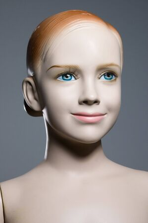 Mannequin tailleurs, figure en plastique de la jeune fille sur fond sombre