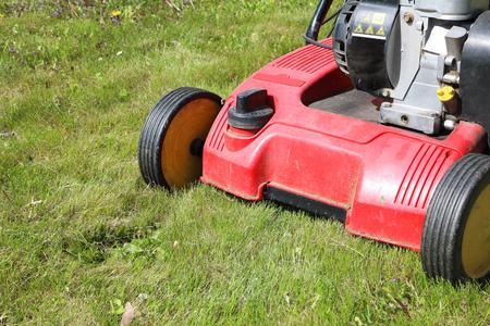 Detail van verticuteermachine, ook bekend als gazonvervijler - apparaat dat riet van grasvelden verwijdert; op gemaaid gazon; machine met benzinemotor