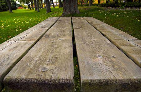 Een picknick tafel perspectief neergeschoten in het park