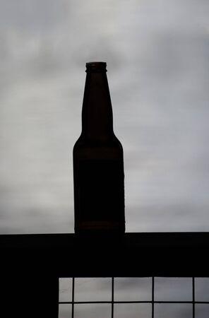 Een lege bier fles afsteekt op een meer Stockfoto - 7536694