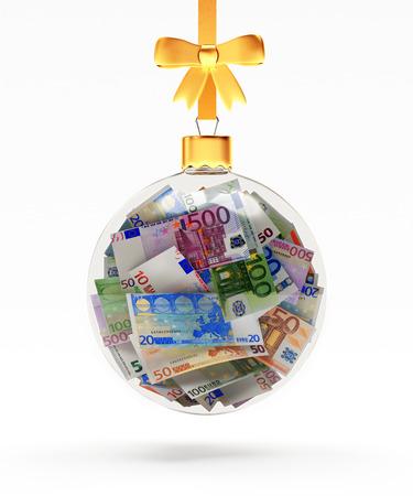 Glass Christmas Ball auf einem goldenen Band voller Rechnungen von Euro isoliert auf weißem Hintergrund hängen. 3D-Darstellung