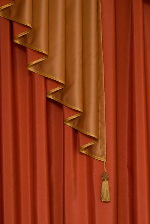 window shade: ventana de color rojo con una decoraci�n de sombra como un cepillo de oro Foto de archivo