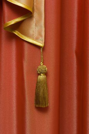 window shade: ventana de color rojo sombra con una decoraci�n como un cepillo de oro Foto de archivo