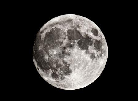 insanity: Portarretrato de luna llena, exponiendo los detalles de la superficie lunar