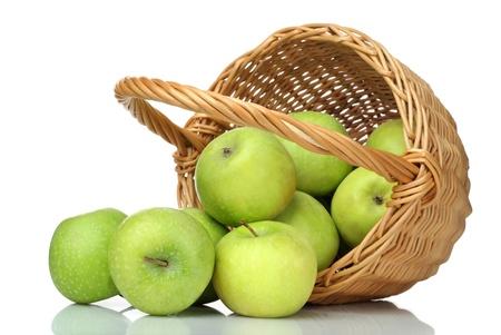 corbeille de fruits: panier de pommes vertes sur fond blanc