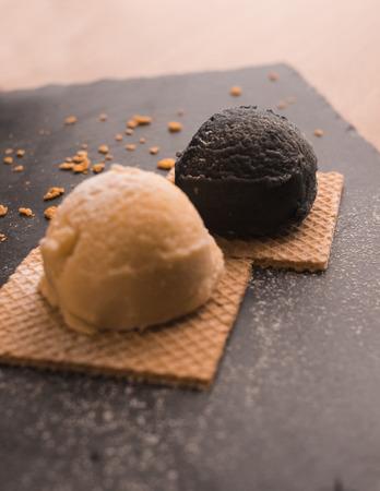 Dessert avec glace vanille et chocolat Banque d'images - 92402728