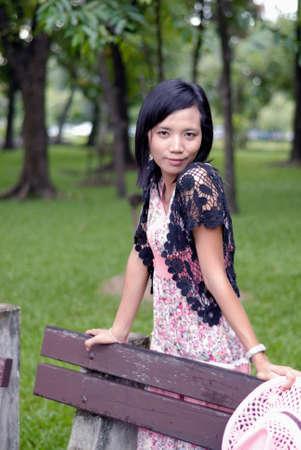 krásná dívka pózuje v parku Reklamní fotografie