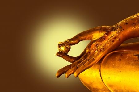 calligraphie arabe: bouddha mains statue sur le fond brun Banque d'images