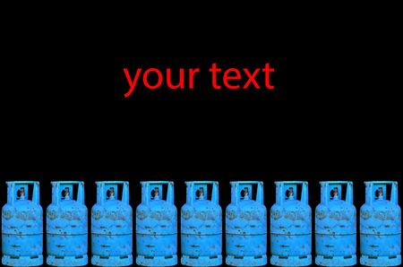 cilindro de gas: Muchos cilindro de gas con el texto sobre fondo negro