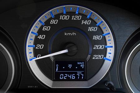 Detail met de meters op het dashboard van een auto Stockfoto - 68334324